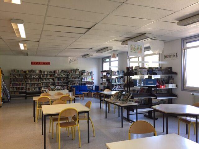 Photo d'ensemble du CDI avec des tables et des étagères de livres